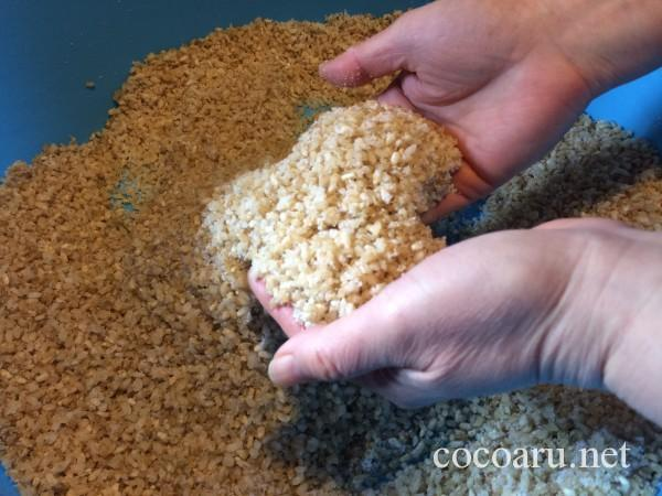 味噌の作り方・麹をほぐして塩切り
