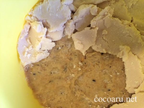 味噌の作り方・味噌の上を酒粕で覆っていく
