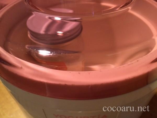 蜂蜜で豆乳ヨーグルト作り!瓶ごとヨーグルティアにセットしてフタをする