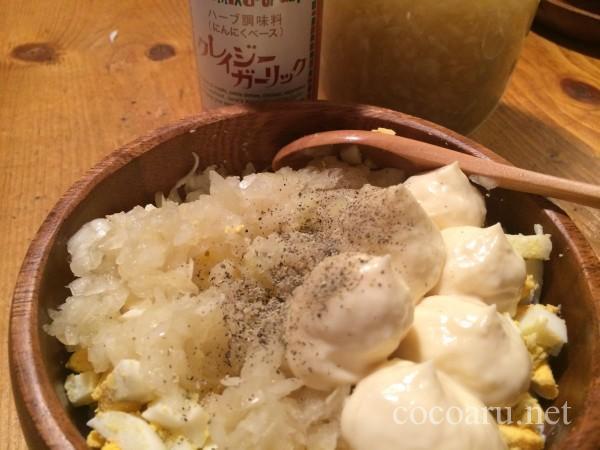 酢玉ねぎレシピ!タルタルソース作り:ゆで卵・酢玉ねぎ・マヨネーズ・塩コショウを混ぜ合わせる
