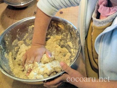 ペースト状になった大豆と麹を混ぜる(白味噌の作り方)