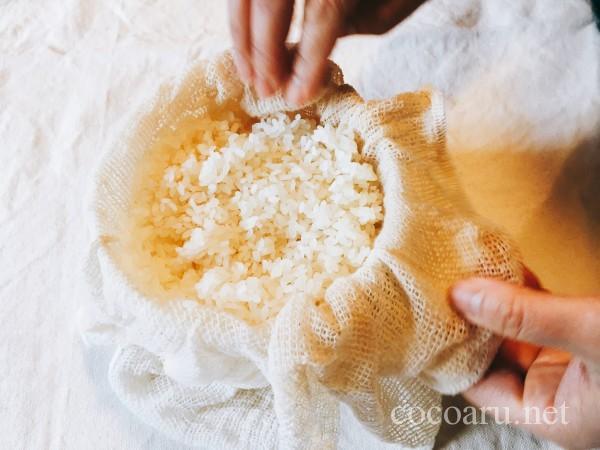 米麹の作り方!ヨーグルティア編:蒸し布で包み容器へ