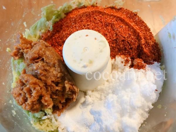 豆板醤の作り方:すりつぶしたそら豆に唐辛子、味噌、塩、米麹を投入