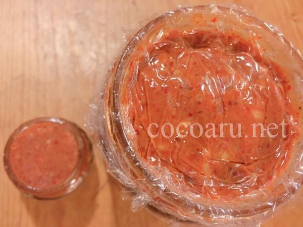豆板醤の作り方:上部を小瓶に移し改めてラップを