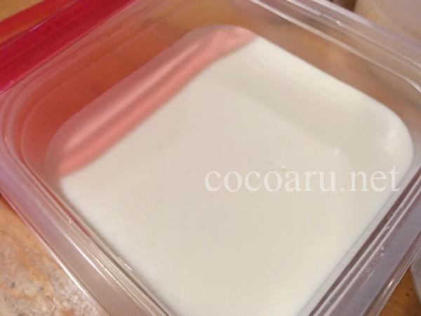甘酒ココナッツアイスの作り方:タッパーへ入れる