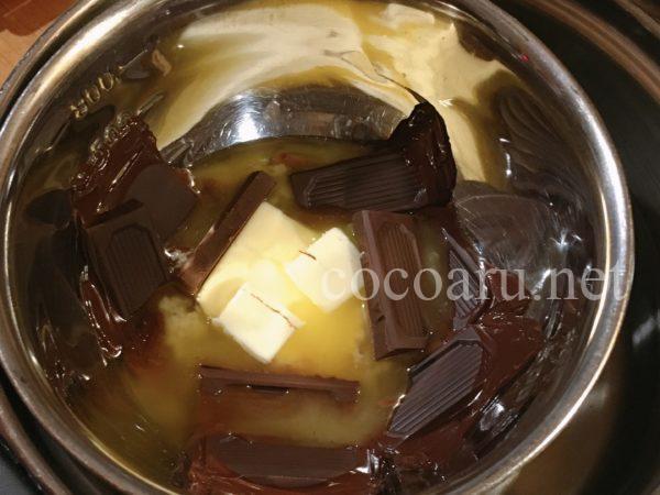 八丁味噌入りのガトーショコラ!バターとチョコレートを溶かし八丁味噌を入れます