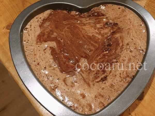 八丁味噌入りのガトーショコラ!型に流し入れます